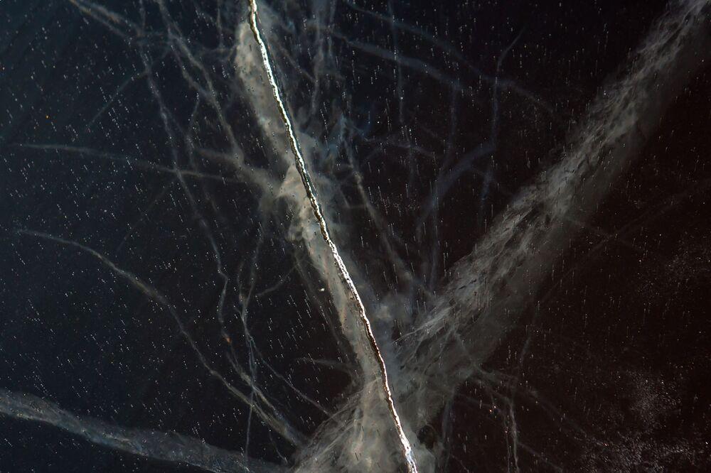 Pęknięty lód na jeziorze Onega