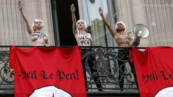 Aktywistki organizacji FEMEN podczas akcji w Paryżu - Sputnik Polska
