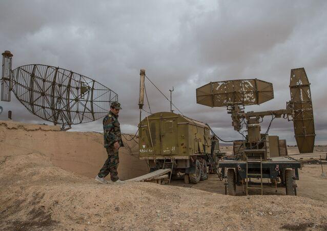 Żołnierz syryjskiej armii w bazie w prowincji Homs