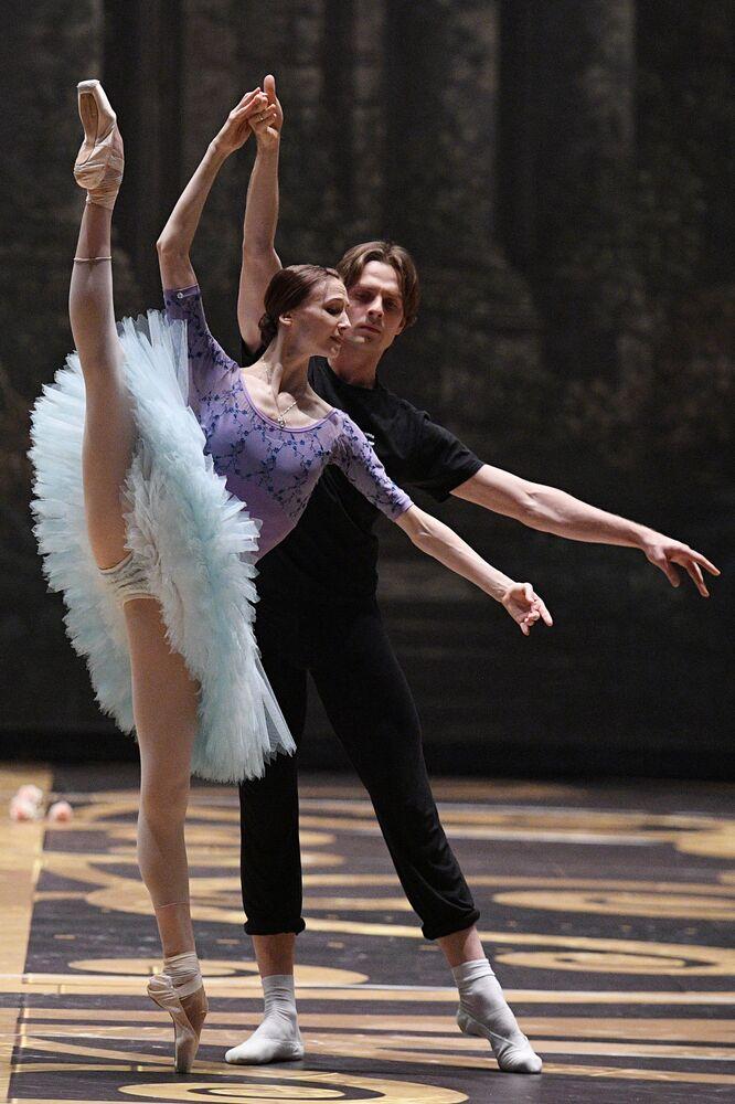 """Primabalerina przygotowuje się do występu w roli Aurory z baletu P.I. Czajkowskiego """"Śpiąca Królewna""""."""