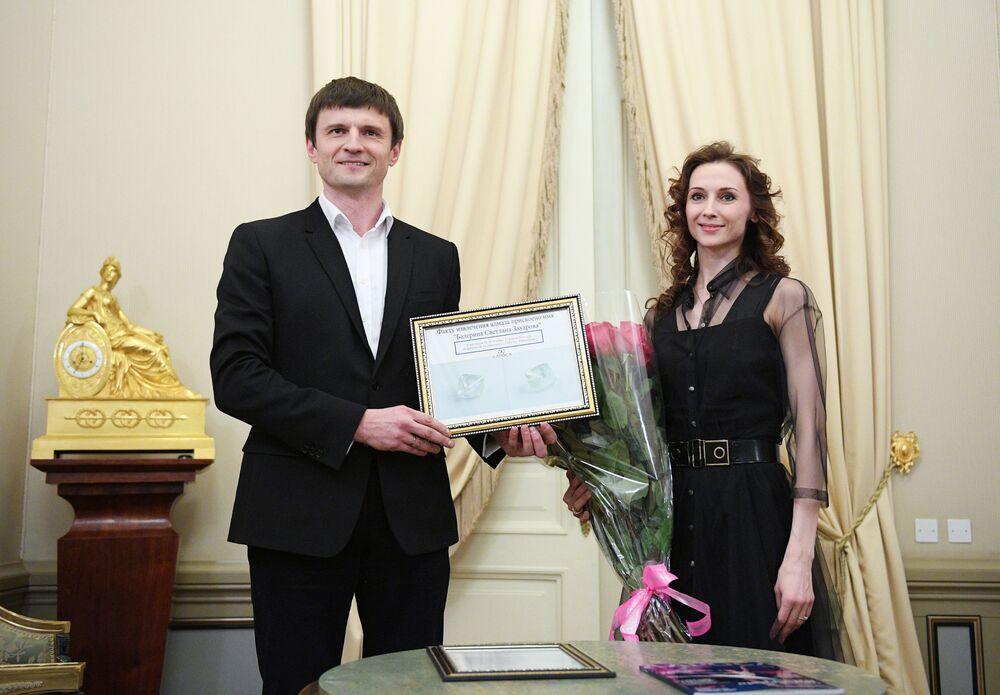Swietłana Zacharowa otrzymuje certyfikat, potwierdzający nadanie diamentowi o wadze 58,4 karatów jej imienia. Unikalny diament został wydobyty w Jakucji i obecnie znajduje się w Państwowym Repozytorium Drogocenności (Gochranie) Rosji.