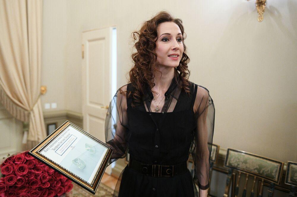 Swietłana Zacharowa z certyfikatem, wręczonym jej przez wiceprezesa koncernu ALROSA Władisława Żdanowa.
