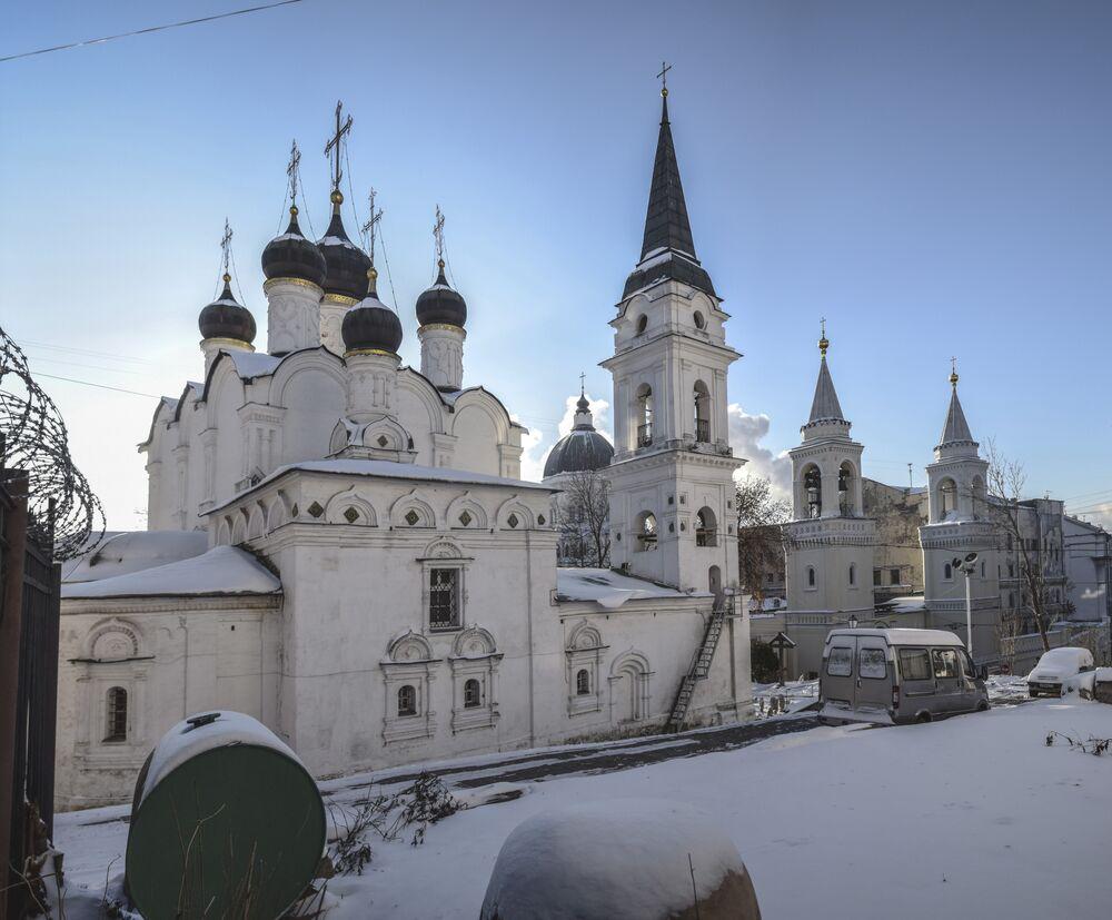 Nazwa dzielnicy Stare Sady, która weszła do potocznej nazwy cerkwi, nawiązuje do książęcego sadu owocowego znajdującego się kiedyś w pobliżu świątyni.