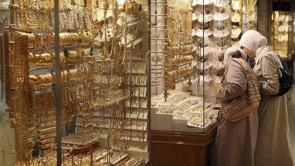 Kobiety oglądają ozdoby na witrynie sklepu jubilerskiego w Damaszku. Zdjęcie archiwalne - Sputnik Polska