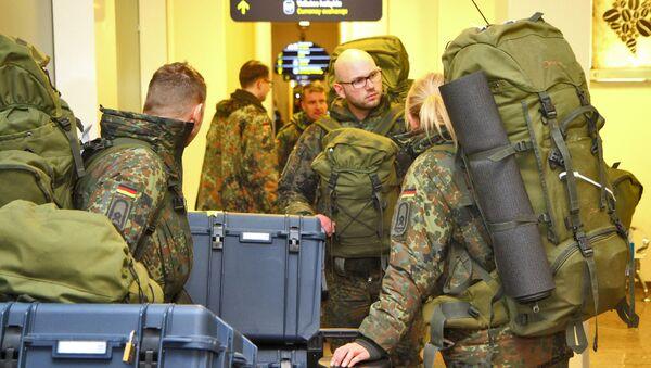 Wojskowi NATO na lotnisku w Wilnie - Sputnik Polska