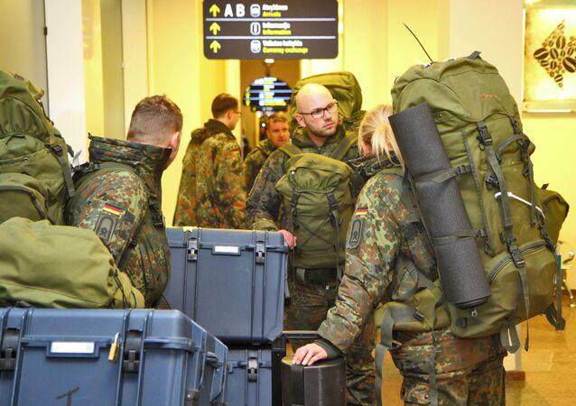 Wojskowi NATO na lotnisku w Wilnie