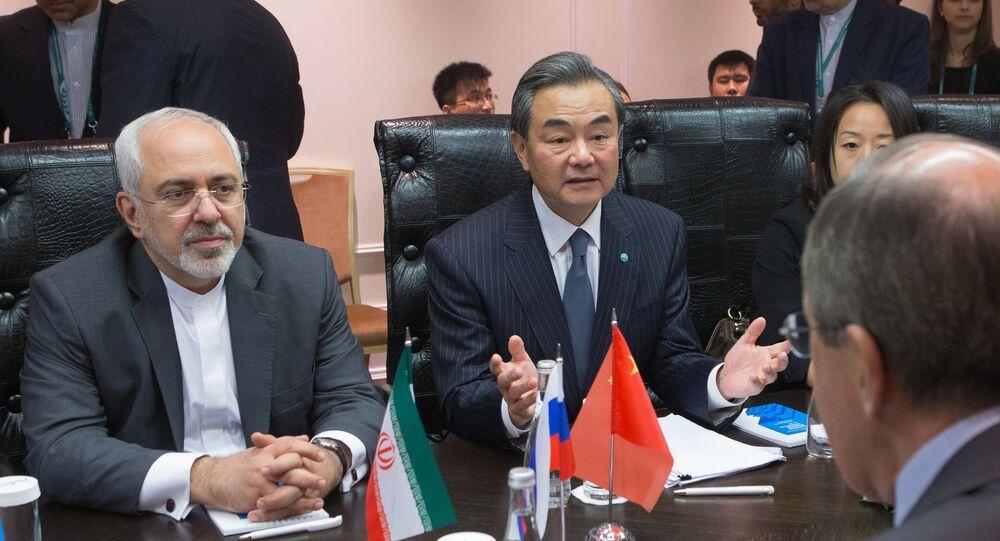 Minister spraw zagranicznych Chin Wang Yi (w środku) i minister spraw zagranicznych Iranu Mohhamad Dżawad Zarif (po lewej)