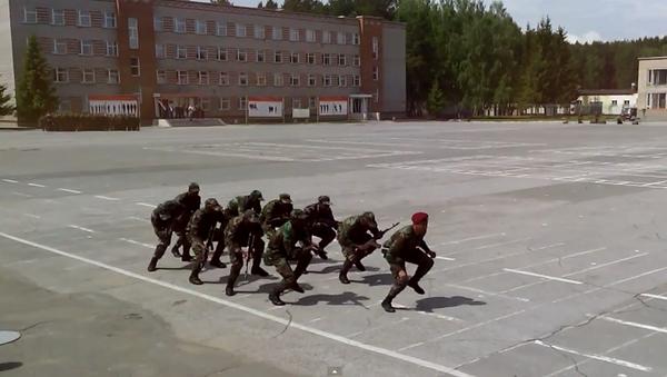Afrykańscy studenci jednej z rosyjskich szkół wojskowych wykonali taniec z automatami do utworu w ich własnym języku. - Sputnik Polska