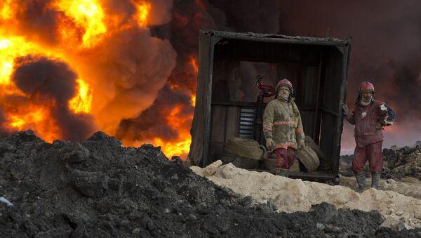 Strażacy gaszą płonącą ropę. Mosul - Sputnik Polska