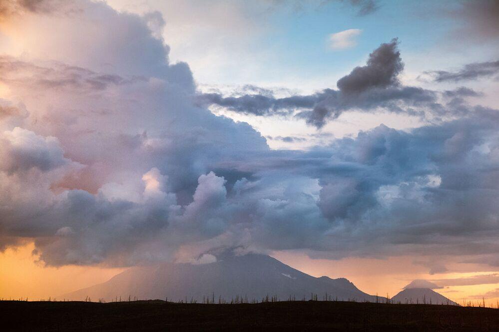 Kształtowanie wielowarstwowych chmur burzowych nad wulkanami