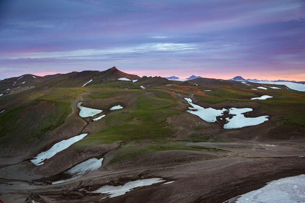 Śnieg w niektórych rejonach Kamczatki nie topi się nawet w połowie lata. Jedyną roślinnością w takich regionach jest mech.