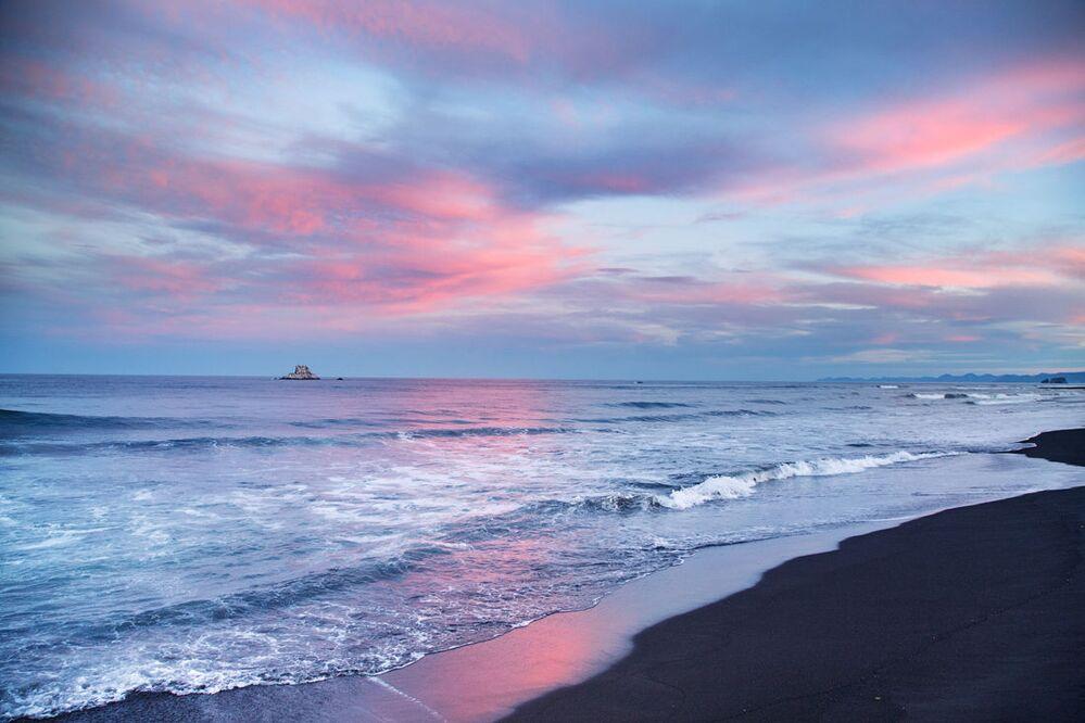 Czarny wulkaniczny piasek na plaży Chalatyrskiej