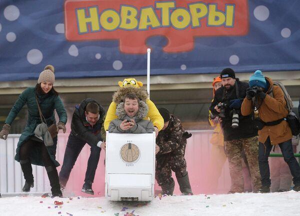 Uczestnicy podczas wyścigu na sankach domowej roboty Wyścigi nowatorskie, które odbyły się na Worobiowych Wzgórzach w Moskwie - Sputnik Polska