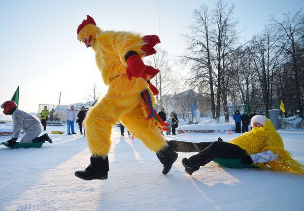 Uczestnicy wyścigu podczas festiwalu kreatywnych sanek SunnyFEST w Mamadyszu (Republika Tatarstanu) - Sputnik Polska