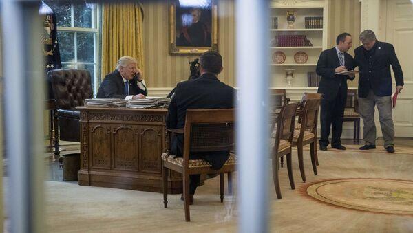 Prezydent USA Donald Trump rozmawia z Angelą Merkel - Sputnik Polska