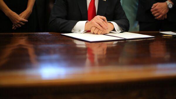 Prezydent Donald Trump podpisuje dekret w sprawie polityki imigracyjnej kraju - Sputnik Polska