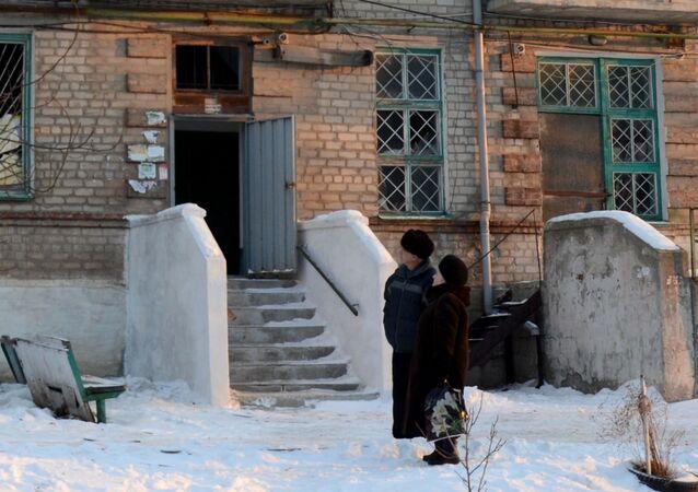 Mieszkańcy przy budynku mieszkalnym w mieście Dokuczajewsk w obwodzie Donieckim