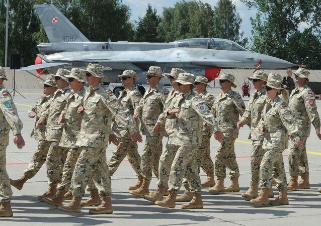 Polscy żołnierze na tle myśliwca F-16