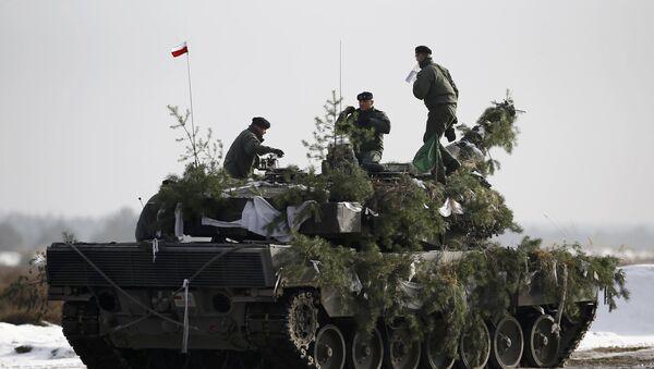 Polscy zołnierze na czołgu Leopard 2A4 podczas manewrów - Sputnik Polska