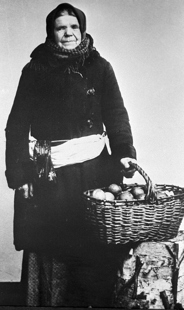Moskiewska sprzedawczyni jabłek, 1913 rok