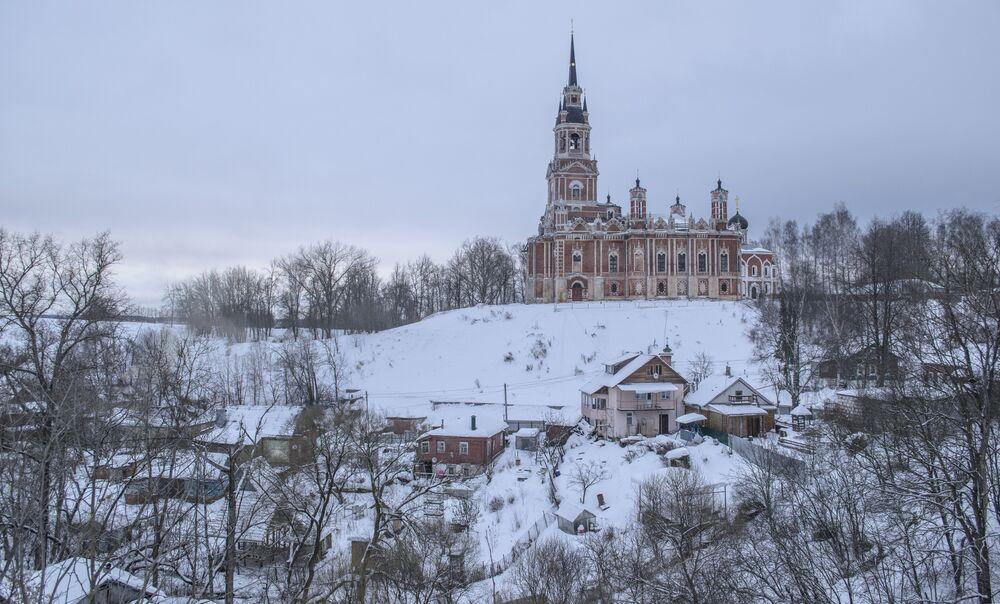 Możajski Kreml był jedną z najważniejszych twierdz chroniących Moskwę od zachodu. Drewniane fortyfikacje istniały tu od XII wieku, ceglana twierdza została zbudowana na początku XVII wieku. Obecnie fortyfikacje możajskiego Kremla są prawie w całości zrujnowane. Pozostały tylko ziemne wały obronne, fragmenty baszt i murów z białej cegły i cała brama forteczna.