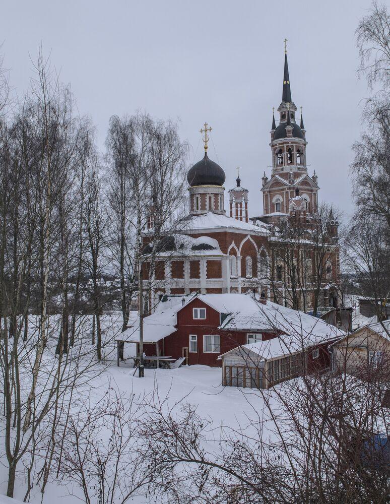 Obecny budynek Nowo-Nikolskiej (Nowo-Mikołajowskiej) katedry został wzniesiony w 1814 roku w stylu pseudogotyku (rosyjskiego gotyku). Prace budownicze trwały 12 lat (od 1802 roku) i były przerywane wojną z Napoleonem.