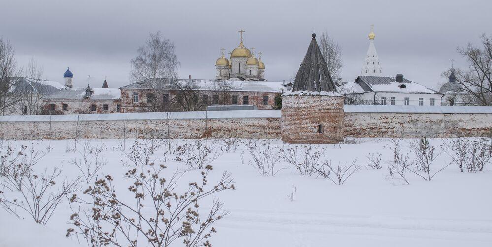 Łużecki klasztor istnieje od XV wieku. Klasztor został założony przez Teraponta Biełozierskiego na cześć Narodzenia Najświętszej Maryi Panny. Szczątki założyciela znajdują się w głównej cerkwi klasztoru.