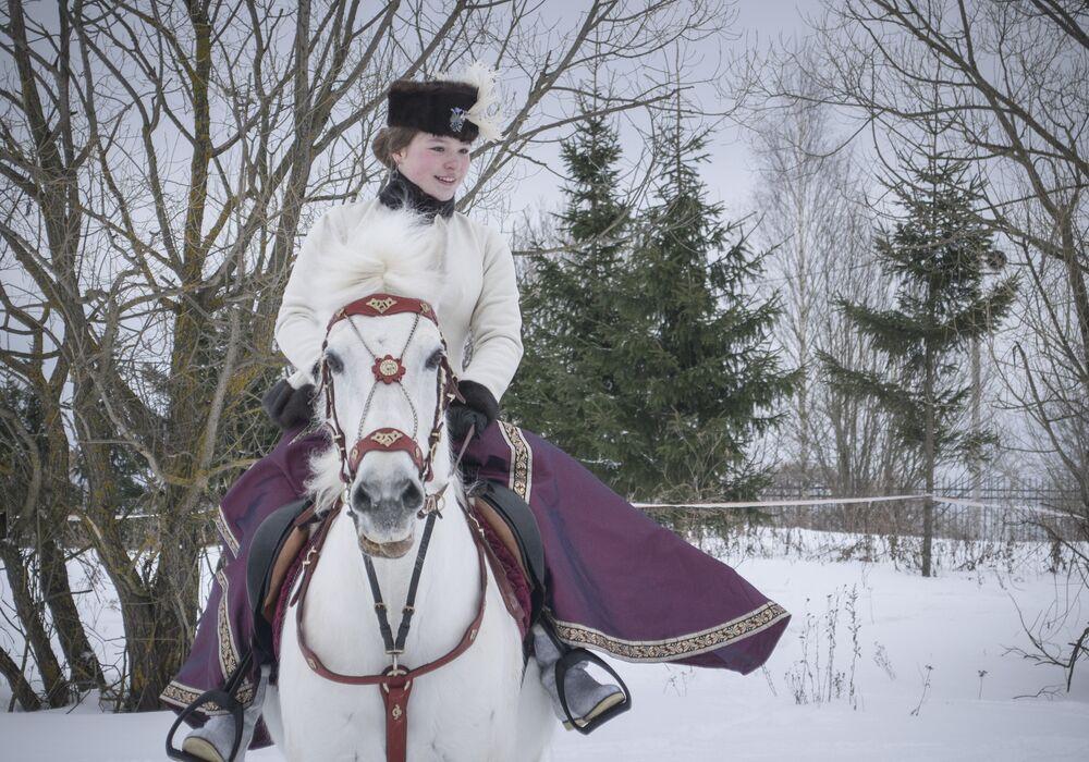 Uczestnicy zjeżdżają się z własnymi końmi, ubierają się w dziewiętnastowieczne stroje.