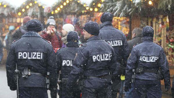 Patrol policji na bożonarodzeniowym jarmarku w Austrii - Sputnik Polska