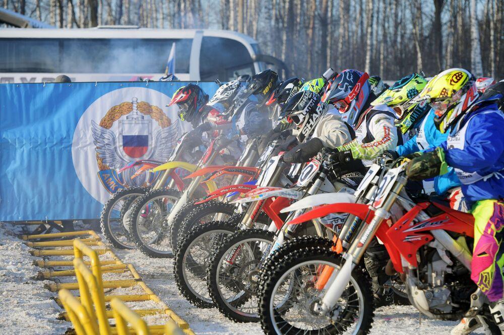 """Po zakończeniu zawodów, gubernator obwodu moskiewskiego Andriej Worobiow podarował dziecięcemu klubowi sportowemu """"Gallaks"""", na bazie którego odbyły się wyścigi motocrossowe, autobus."""