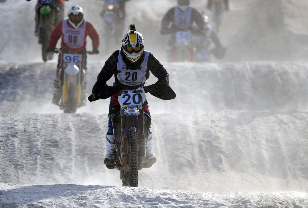 Motocross przewiduje skoki nad hopami i lądowanie na śliskim torze, jednak uczestnicy i widzowie tylko się z tego cieszyli.