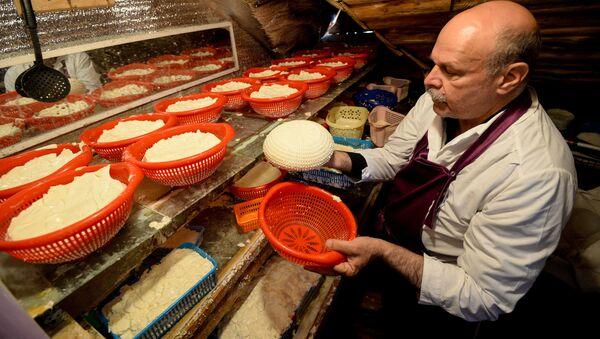 Produkcja rosyjskiego sera w jednym z gospodarswt w obwodzie lipieckim - Sputnik Polska