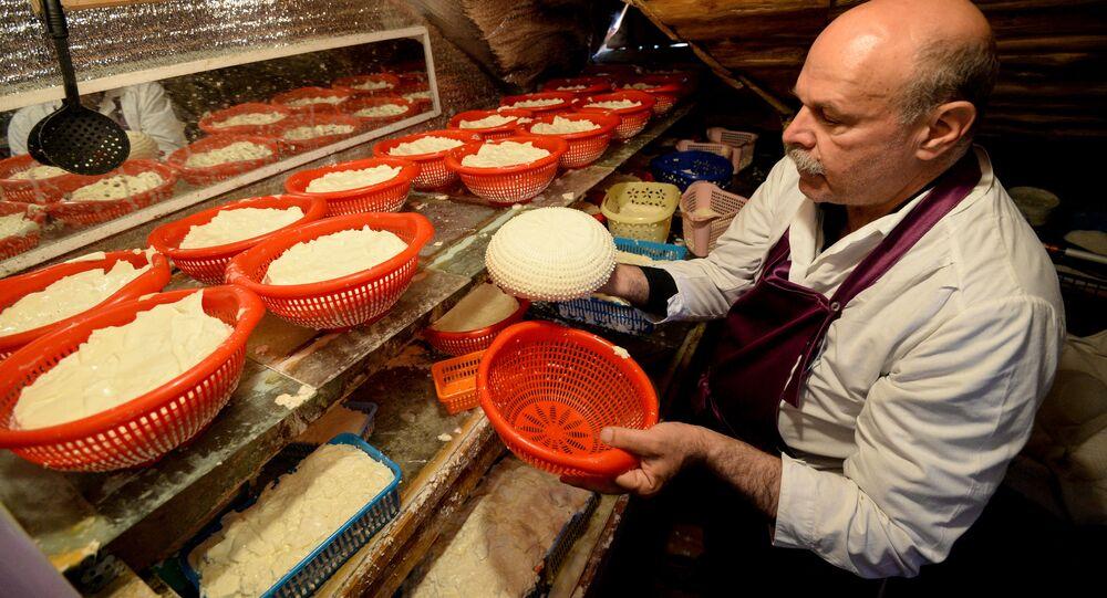 Produkcja rosyjskiego sera w jednym z gospodarswt w obwodzie lipieckim