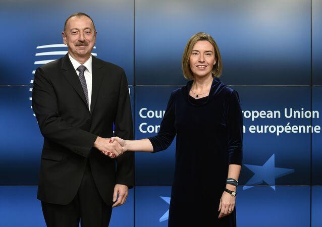 Prezydent Azerbejdżanu Ilham Alijew i wiceprezydent Komisji Europejskiej Federica Mogherini na spotkaniu w Brukseli