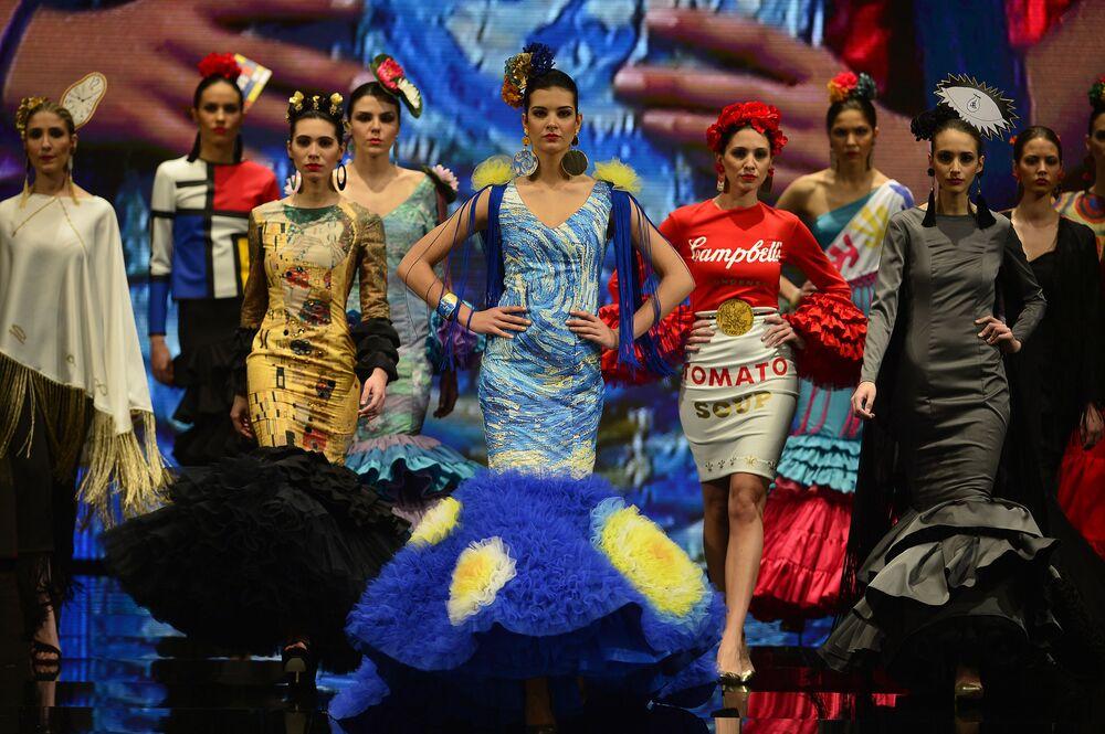 Modelki podczas Pokazu Mody Flamenco SIMOF 2017 w Sewilli