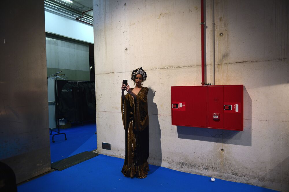 Modelka robi selfie za kulisami Pokazu Mody Flamenco SIMOF 2017 w Sewilli