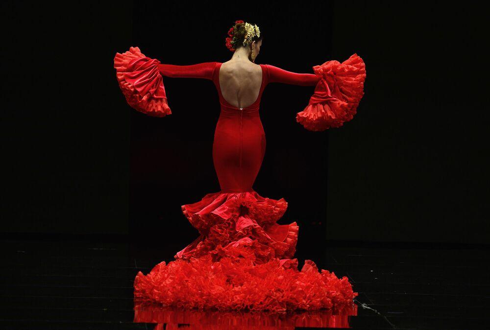 Modelka podczas Pokazu Mody Flamenco SIMOF 2017 w Sewilli