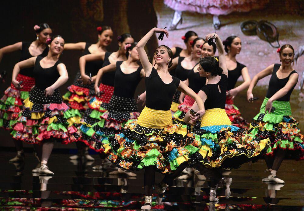 Tancerki flamenco podczas Pokazu Mody Flamenco SIMOF 2017 w Sewilli