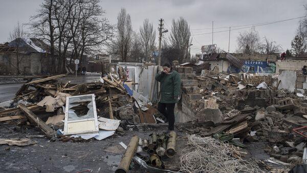 """Kobieta w zrujnowanym budynku w pobliżu dworca autobusowego """"Motel"""" w Doniecku - Sputnik Polska"""