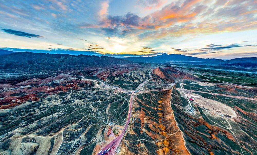 Zdjęcie Zachód słońca w parku narodowym Danxia. Autor: Shoushan. Trzecie miejsce wśród profesjonalistów w kategorii 360°.
