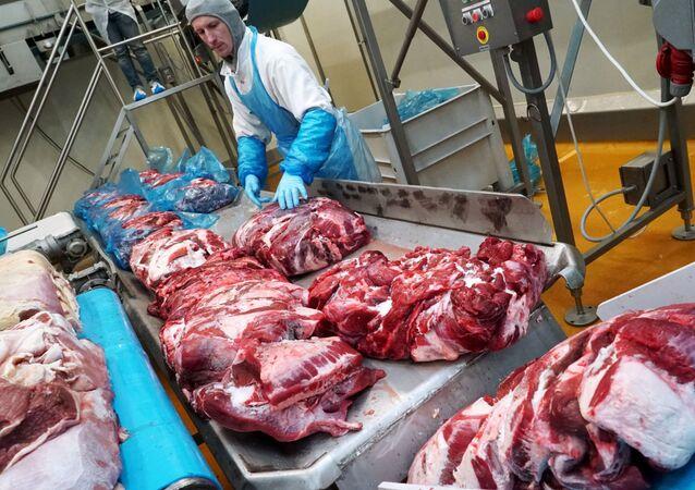 """Pracownik zakładu mięsnego """"Miratorg"""""""