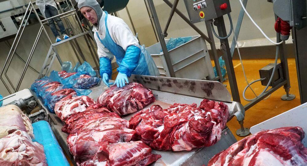 Pracownik zakładu mięsnego Miratorg