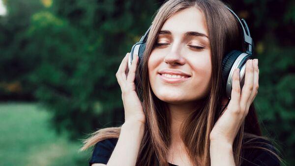 Dziewczyna słucha muzyki - Sputnik Polska