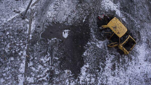 Samochód w Doniecku, uszkodzony w rezultacie ostrzału - Sputnik Polska