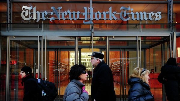 Przechodnie przed wejściem do siedziby The New York Times - Sputnik Polska