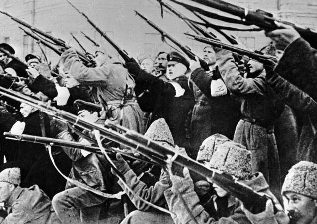 Żołnierze ostrzeliwują policyjne zasadzki w czasie rewolucji lutowej 1917 roku