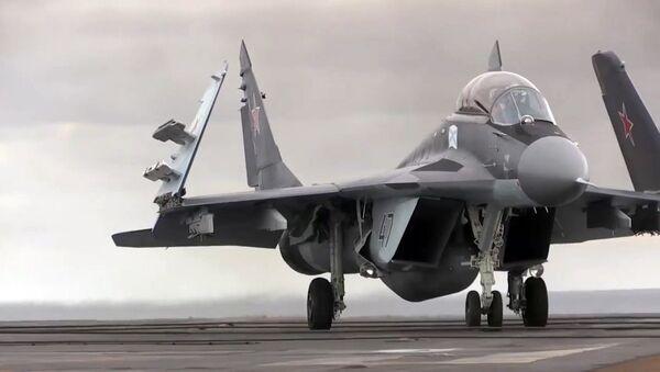 Su-33 na pokładzie lotniskowca Admirał Kuzniecow - Sputnik Polska
