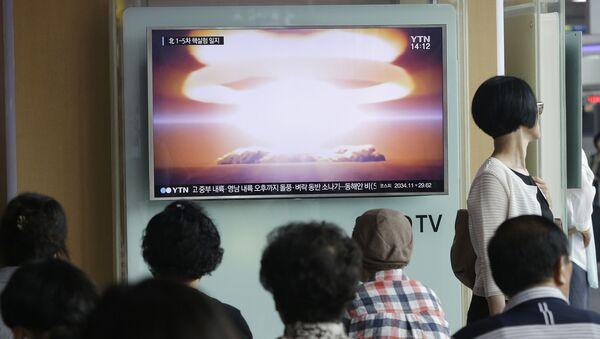 Ludzie oglądają w telewizji wiadomości o testach jądrowych w Korei Północnej - Sputnik Polska