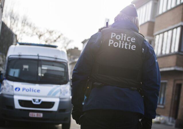Oficer policji i samochód policyjny w Brukseli