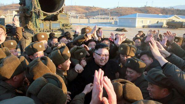 Przywódca Korei Północnej Kim Dzong Un podczas wystrzału testowego pocisku balistycznego Pukguksong-2 - Sputnik Polska